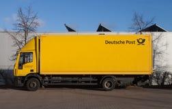 Γερμανικό λογότυπο της Deutsche Post υπηρεσιών ταχυδρομείου σε ένα κίτρινο εμπορευματοκιβώτιο Στοκ Εικόνα