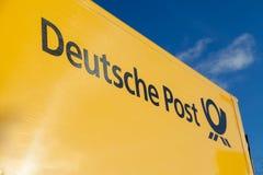 Γερμανικό λογότυπο της Deutsche Post υπηρεσιών ταχυδρομείου σε ένα κίτρινο εμπορευματοκιβώτιο Στοκ εικόνα με δικαίωμα ελεύθερης χρήσης