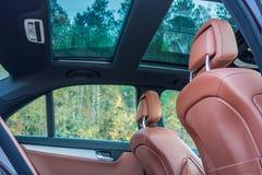 Γερμανικό πολυτελές limousine - καφετί εσωτερικό, μεγάλο πανοραμικό sunroof δέρματος, αθλητικός εξοπλισμός Στοκ φωτογραφίες με δικαίωμα ελεύθερης χρήσης