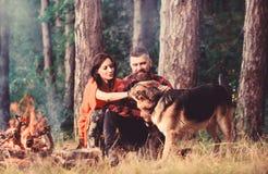 Γερμανικό σκυλί ποιμένων ελαφριού κτυπήματος ζεύγους κοντά στη φωτιά, υπόβαθρο φύσης στοκ εικόνες