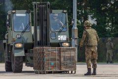 γερμανικό στρατιωτικό forklift FUG 2.5 ανυψώνει μια παλέτα Στοκ Φωτογραφίες