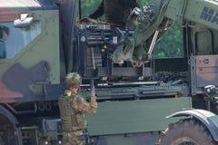 Γερμανικό στρατιωτικό forklift FUG 4.0 Manitou ανυψώνει μια παλέτα Στοκ εικόνα με δικαίωμα ελεύθερης χρήσης