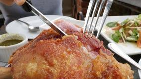 Γερμανικό χοιρινό κρέας που τηγανίζονται, γερμανικό τηγανισμένο πόδι χοιρινού κρέατος απόθεμα βίντεο