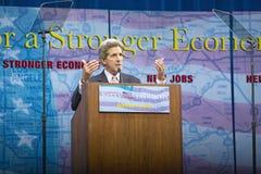 Γερουσιαστής John Kerry στην εξέδρα σημαντικής πολιτικής διεύθυνσης στην οικονομία, λόφοι CSU- Dominguez, Λος Άντζελες, ασβέστιο Στοκ Φωτογραφίες