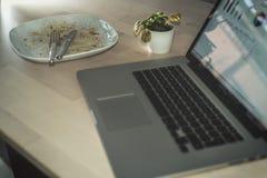 Γευματίζων και εργασία στοκ εικόνες
