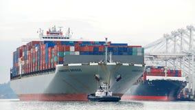 ΓΕΦΥΡΑ του ΑΜΒΟΥΡΓΟ φορτηγών πλοίων που αναχωρεί ο λιμένας του Όουκλαντ στοκ εικόνα