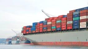 ΓΕΦΥΡΑ του ΑΜΒΟΥΡΓΟ φορτηγών πλοίων που αναχωρεί ο λιμένας του Όουκλαντ στοκ φωτογραφία