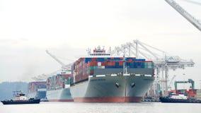 ΓΕΦΥΡΑ του ΑΜΒΟΥΡΓΟ φορτηγών πλοίων που αναχωρεί ο λιμένας του Όουκλαντ στοκ εικόνα με δικαίωμα ελεύθερης χρήσης
