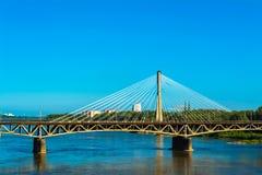 γεφυρώστε τη σύγχρονη Βα&rho Ηλιόλουστη θερινή ημέρα με έναν μπλε ουρανό και πράσινα δέντρα Στοκ φωτογραφίες με δικαίωμα ελεύθερης χρήσης