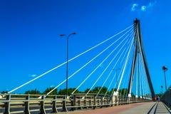 γεφυρώστε τη σύγχρονη Βα&rho Ηλιόλουστη θερινή ημέρα με έναν μπλε ουρανό και πράσινα δέντρα Στοκ Εικόνες