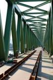 γεφυρώστε το παλαιό τραίνο κατασκευής κάτω Στοκ φωτογραφίες με δικαίωμα ελεύθερης χρήσης