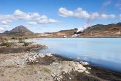 Γεωθερμικός σταθμός παραγωγής ηλεκτρικού ρεύματος και μπλε λιμνοθάλασσα ζεστού νερού, βόρεια Ισλανδία Στοκ εικόνα με δικαίωμα ελεύθερης χρήσης