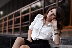 Γεωμετρία στη φωτογραφία, εικόνα Γεωμετρία στο τοπίο, στο cty Ομορφιά της πόλης , Σοβαρό, δυστυχισμένο κορίτσι με το καλό γούστο Στοκ Εικόνες