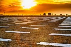 γεωμετρικά σχέδια των πόλων υποστήριξης στα καλλιεργήσιμα εδάφη στοκ φωτογραφία με δικαίωμα ελεύθερης χρήσης