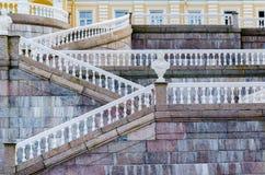 Γεωμετρικές γραμμές με τα άσπρα κιγκλιδώματα και κιγκλιδώματα στα μαρμάρινα σκαλοπάτια του παλατιού σε Oranienbaum Στοκ Εικόνες