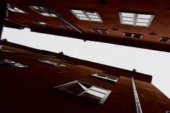 Γεωμετρικές γραμμές προσόψεων και στέγες των παλαιών σπιτιών πόλεων στοκ εικόνες
