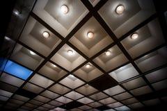 Γεωμετρική ελαφριά σύνθεση υπόγειο celling στοκ φωτογραφίες
