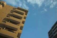 Γεωμετρικό κτήριο και ζωηρός ουρανός Στοκ Φωτογραφία