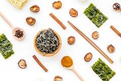 Γεωμετρικό σχέδιο με τα κινεζικά, ιαπωνικά προϊόντα, νουντλς, φύκια, μανιτάρια στο άσπρο σχέδιο άποψης υποβάθρου τοπ στοκ φωτογραφία με δικαίωμα ελεύθερης χρήσης