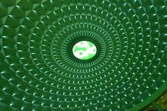 Γεωμετρικό σχέδιο στην κυκλική κορυφή του σύγχρονου κτηρίου αναμμένη από τα πράσινα οδηγημένα φω'τα, φωτισμός τοπίων Στοκ φωτογραφίες με δικαίωμα ελεύθερης χρήσης
