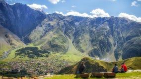 Γεωργία, εκκλησία τριάδας Gergeti - άποψη σχετικά με το χωριό κατωτέρω στοκ εικόνες