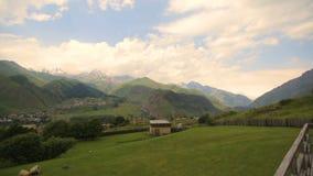 Γεωργία Οπωρώνας ανάμεσα στα υψηλά βουνά Θυελλώδης ουρανός καλοκαιριού Γραφικό ορεινό χωριό απόθεμα βίντεο