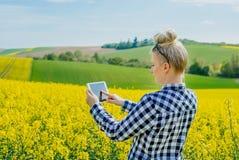 Γεωργία Farmer που χρησιμοποιεί την ψηφιακή ταμπλέτα που εξετάζει τις συγκομιδές στοκ φωτογραφία
