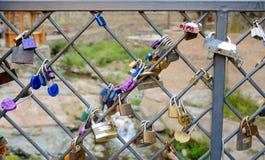 Γεωργία Tbilisi Κλειδαριές αγάπης στην αρχαία γέφυρα τούβλου στο abanotubani Στοκ Φωτογραφίες