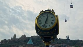 Γεωργία Tbilisi Ο ανελκυστήρας στο βουνό στο υπόβαθρο του ρολογιού πόλεων φιλμ μικρού μήκους