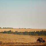γεωργικό τοπίο Τρακτέρ που λειτουργεί Στοκ Εικόνα