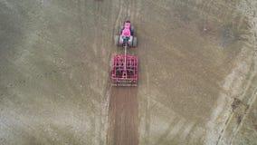 Γεωργικό τρακτέρ με τομέα και την προετοιμασία αρότρων τον οργώνοντας του εδάφους για τη φύτευση απόθεμα βίντεο