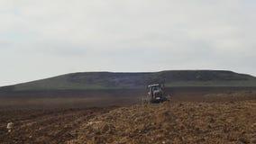 Γεωργικό τρακτέρ που σπέρνει και που καλλιεργεί τον τομέα αμπελώνων απόθεμα βίντεο