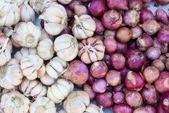 Γεωργικό υπόβαθρο, όμορφα κρεμμύδια και σκόρδο Στοκ Εικόνες