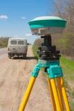 Γεωδαιτικό όργανο, κοντά στο δρόμο και το αυτοκίνητο Στοκ φωτογραφίες με δικαίωμα ελεύθερης χρήσης