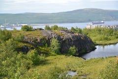 Γεωλογικό μέτωπο πρόβειων κρεάτων αδύτων Α φύσης ενάντια στον κόλπο κόλα Murmansk στοκ εικόνες με δικαίωμα ελεύθερης χρήσης