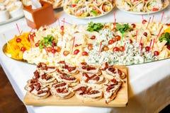 Γεύματα για τα gourmets στο γαμήλιο πίνακα Στοκ Φωτογραφία
