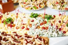 Γεύματα για τα gourmets στο γαμήλιο πίνακα Στοκ εικόνες με δικαίωμα ελεύθερης χρήσης