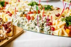 Γεύματα για τα gourmets στο γαμήλιο πίνακα Στοκ Εικόνες