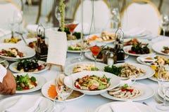 Γεύματα για τα gourmets στο γαμήλιο πίνακα Στοκ φωτογραφία με δικαίωμα ελεύθερης χρήσης