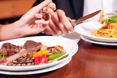 γεύμα ζευγών που έχει από κ στοκ φωτογραφία με δικαίωμα ελεύθερης χρήσης
