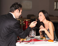 γεύμα ζευγών που έχει ρομ& Στοκ Εικόνες