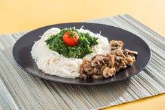 Γεύμα - ζυμαρικά με το σπανάκι και τα μανιτάρια στοκ εικόνα