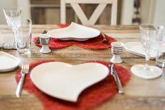 Γεύμα ημέρας βαλεντίνων που θέτει τη ρομαντική αγάπη για το ξύλινο διάστημα αντιγράφων μορφής επιτραπέζιων δύο κόκκινο καρδιών Στοκ Φωτογραφία