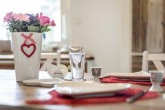 Γεύμα ημέρας βαλεντίνων που θέτει τη ρομαντική αγάπη για το ξύλινο διάστημα αντιγράφων μορφής επιτραπέζιων δύο κόκκινο καρδιών Στοκ Εικόνες