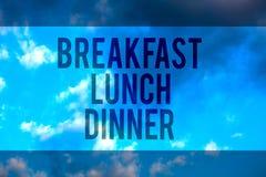 Γεύμα μεσημεριανού γεύματος προγευμάτων κειμένων γραφής Έννοια που σημαίνει τρώγοντας τα γεύματά σας στο διαφορετικό υπολογιστή γ στοκ εικόνες