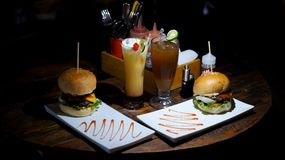 Γεύμα με μεγάλο burger και το φρέσκο χυμό Στοκ Εικόνες