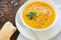 Γεύμα με τον σούπα-πουρέ καρότων που εξυπηρετείται στο άσπρο κύπελλο Στοκ εικόνα με δικαίωμα ελεύθερης χρήσης