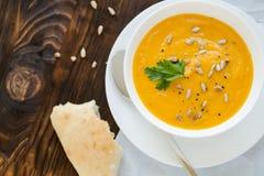 Γεύμα με τον σούπα-πουρέ καρότων που εξυπηρετείται στο άσπρο κύπελλο Στοκ Εικόνες
