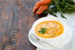 Γεύμα με τον σούπα-πουρέ καρότων που εξυπηρετείται στο άσπρο κύπελλο Στοκ Εικόνα