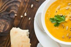 Γεύμα με τον σούπα-πουρέ καρότων που εξυπηρετείται στο άσπρο κύπελλο Στοκ Φωτογραφία